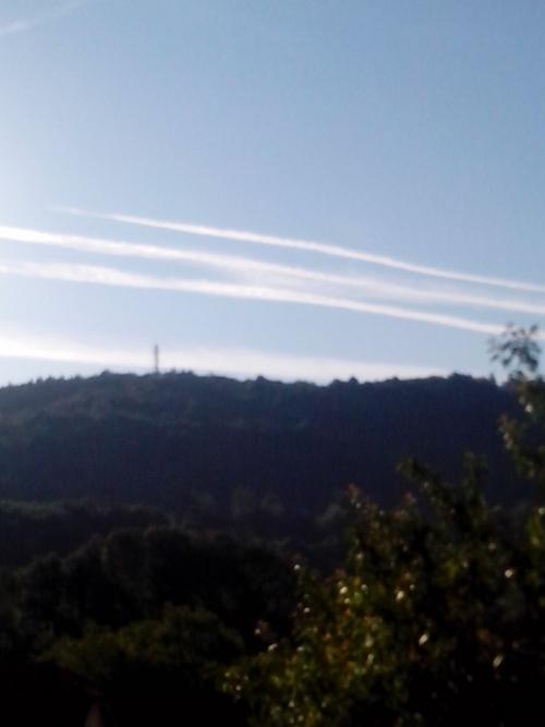 tako se ob lepem vremenu zjutraj navsezgodaj začne chemtrai zapraševanje nad Postojno.