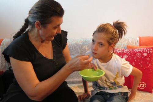 Pomoč pri hranjenju. Foto: Vesna Tripkovič