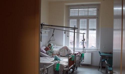 Lidijina zgodba je na družabnih omrežjih naletela na velik odziv, javljajo se ji ljudje s svojimi izkušnjami iz bolniških sob (fotografija je simbolična). Foto: Matej Družnik