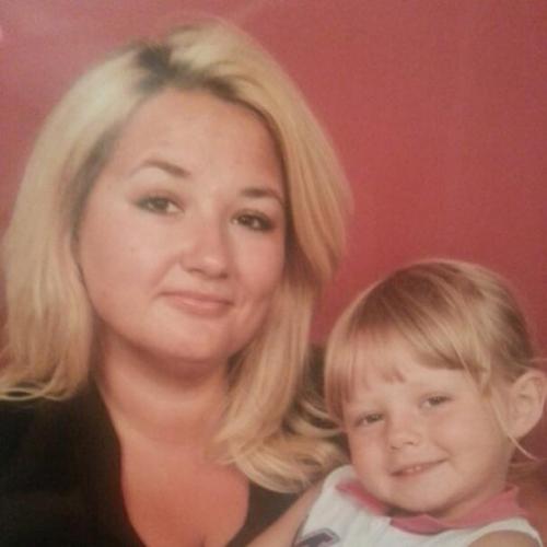 Jaševa petletna sestrica pogreša mamico, ki je zaradi sinove bolezni ves čas odsotna. Foto: Facebook