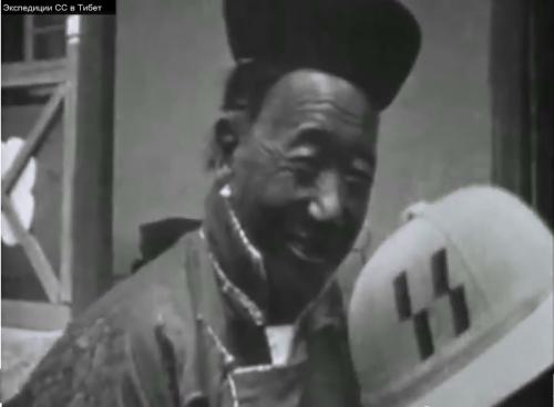 Tibetanec in čelada s SS oznako
