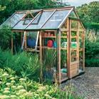 Lesen rastlinjak spominja na dobre stare čase. Ogrodje potrebuje več nege kot hiša iz aluminija.