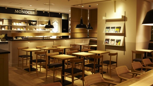 Knjigarna- kavarna Monocle v Tokiju.