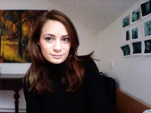 Nana Homovec ( 1990 ) je leta 2015 diplomirala iz slikarstva na Akademiji za likovno umetnost in oblikovanje v Ljubljani, pri profesorju Milanu Eriču. Že pri diplomskem delu se je usmerila v knjižno ilustracijo. Ukvarja se tudi z digitalno grafiko in animacija, sodeluje pri oblikovanju mobilnih aplikacij, hkrati pa se veliko posveča klasični otroški ilustraciji.