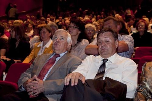 Aprila lani, ko je tedanji premier Pahor prvič spregovoril o stricih iz ozadja, je bila opravljena raziskava javnega mnenja, ki je pokazala, da bi se moral Kučan dokončno odreči vplivu na politiko.
