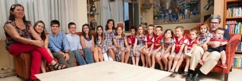 Medijska hiša BBC je o družini Postigo-Aguilera Roca posnela oddajo Največja družina na svetu. Najlažje je, če so podobno oblečeni, da otroke, ko so v množici, hitreje najdem, v smehu pravi Rosa.