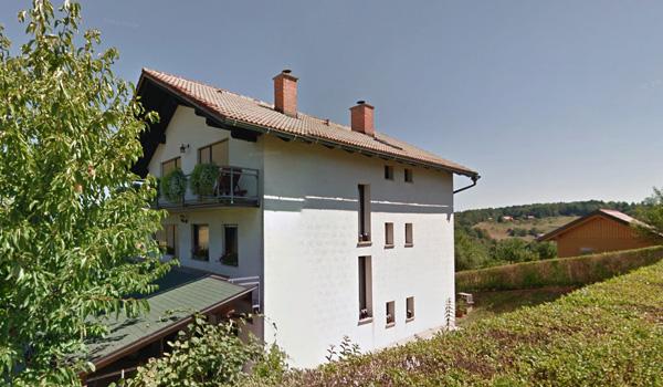 To je hiša Mojce Stropnik, nove spremljevalke Mira Cerarja, v Šentjurju.