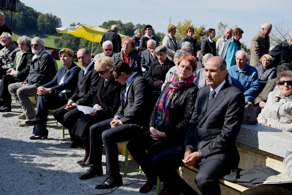 Spominske slovesnosti na Teharjih so se udeležili tudi predsednik SDS Janez JAnša, podpredsednica SDS Jelka Godec in evropska poslanka in kandidatka SDS na predsedniških volitvah Romana Tomc