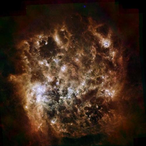 Herschel je v več delih vesolja, na primer na kometih in asteroidih, odkril vodno paro, opazil pa je tudi kar 12,5 milijarde svetlobnih let oddaljeno galaksijo, ki je nastala manj kot 900 milijonov let po Velikem poku. Tole je sicer ena najboljših Herschlovih fotografij, prizor iz galaksije Magellanov oblak.