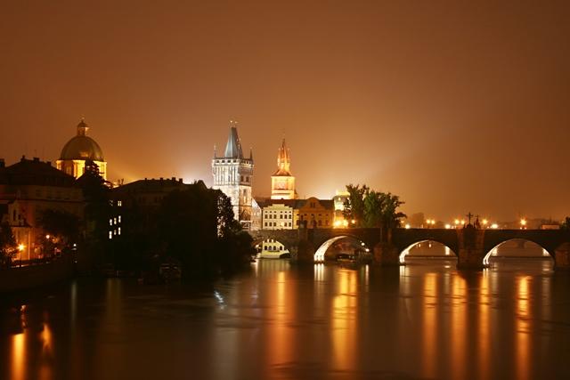 Nočna panorama Praga z Voltave