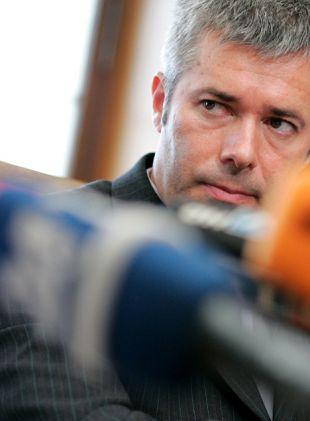 Janko Goršek je bil na tiskovni konferenci videti besen. Očitno se zaveda, da lahko afera odnese tudi njega.
