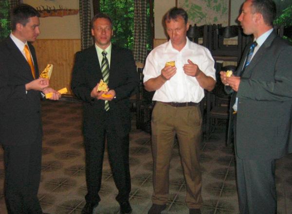 Nekoč je bil Zares. Marko Žula (na sliki levo) in nekdanji poslanec stranke Zares Tadej Slapnik (skrajno desno) pred zadnjimi lokalnimi volitvami v Gornji Radgoni.