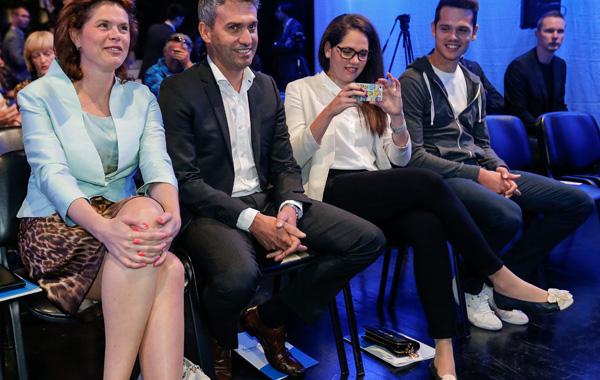 Alenka Bratušek je na ustanovni kongres stranke ZaAB - v slogu ikonografije Zorana Jankovića - pripeljala celo svojo ožjo družino. Na sliki z leve proti desni: Mitja, Nuša in Oskar Cvjetičanin.