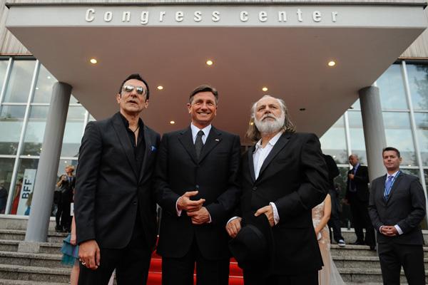 Šerbedžija med lanskim filmskim festivalom na Bledu, skupaj s predsednikom države Borutom Pahorjem in Brankom Đurićem - Đurom. Šerbedžija in Đurić naj bi se sprla, tudi zaradi festivala, na sliki skrajno desno pa Tilen Majnardi, ki Šerbedžijo zdaj obtožuje, da je osebno obljubil, da bodo vsi stroški lanskega festivala tudi plačani, danes pa kakor gleda stran.
