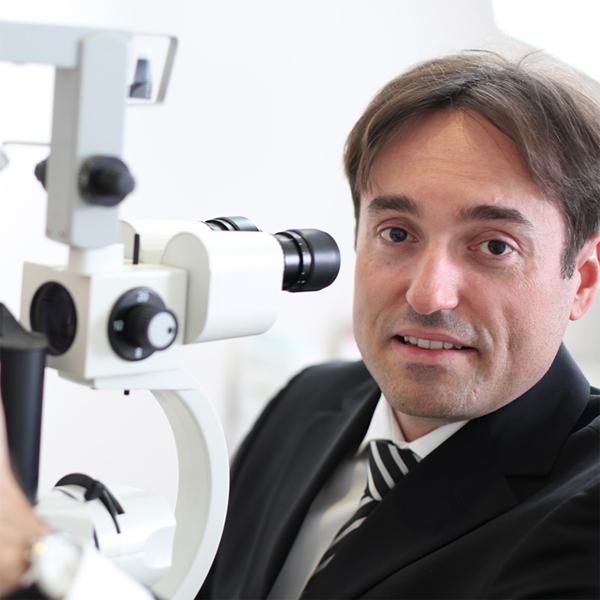 Simon Trpin v tej, zelo verjetno korupcijski zgodbi, nastopa v treh vlogah. Kot zdravnik v UKC Maribor, kot zasebni oftamolog in kot vidni član ter mestni svetnik na listi Stranke modernega centra.