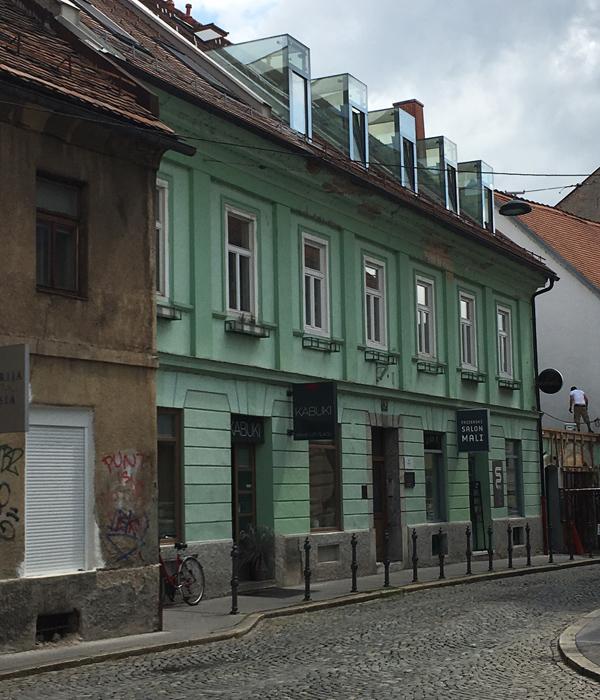 ... to pa je njuno prestižno mansardno stanovanje v centru Ljubljane, blizu Trubarjeve ulice.