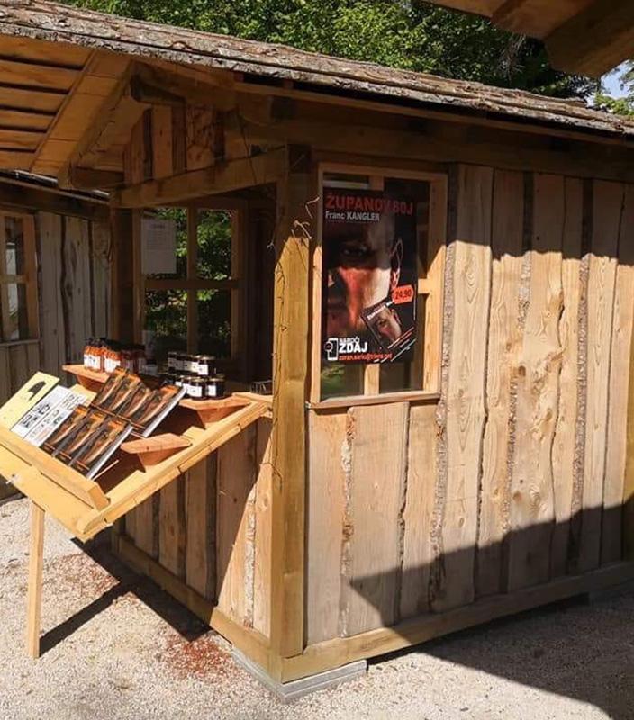 ... to pa je stojnica na Pohorski tržnici poleg Botaničnega vrta v Hočah, kjer je Zoran Šarič minulo soboto še lahko prodajal svojo knjigo županov boj. Pa so ga pregnali!