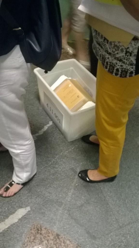 Glasovnice se prenašajo celo v odprtih skrinjicah.