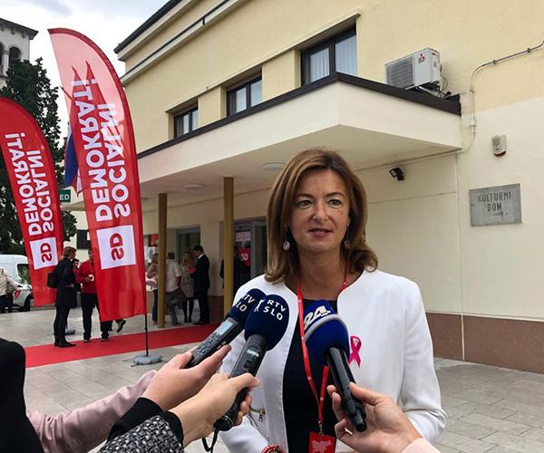 Tanja Fajon v vlogi, v kateri se kot bivša novinarka poročevalka najbolje znajde. (vir: Twitter)