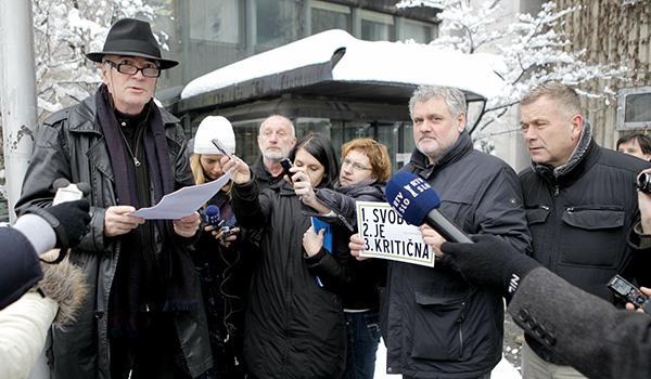 Med tistimi, ko so 15. januarja 2013 protesrirali pred stavo Dela, v podporo Dejanu Karbi, so bili tudi Vlado Miheljak, kolumnist revije Mladina, Božo Flajšman, dolgoletni politik različnih strank na levici, in Nikola Damjanić, znan kot prvi človek agencije Ninamedia.