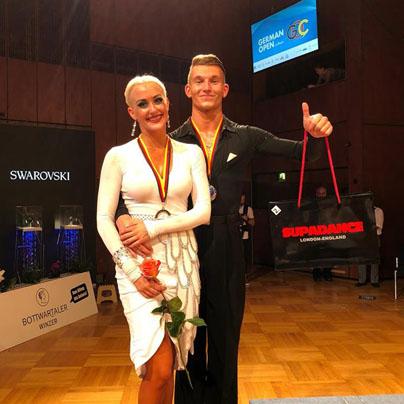 Mika Tatarkin in Anja Pritekelj, drugouvrščena iz našega glasovanja, prejmeta tudi nagrado Oriflamea. (Foto: GOC)<br>