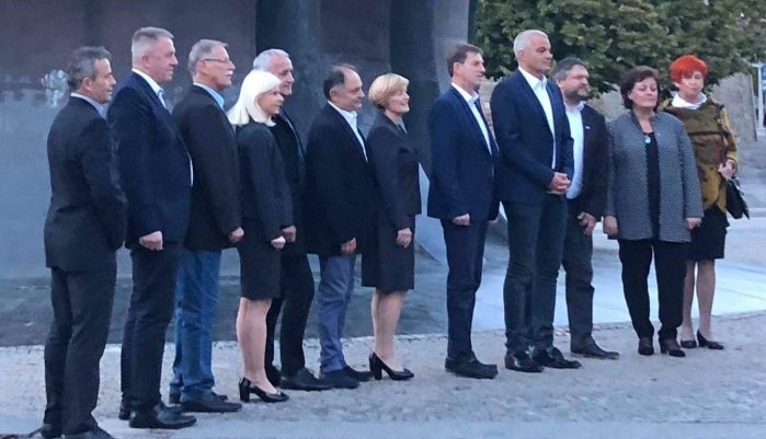 Saša Arsenovič (na sliki stoji desno pri Miru Cerarju) je kandidat za mariborskega župana na listi SMC.