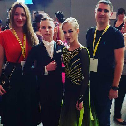 Žan in Ana Stajan s trenerjem Matijo Novoselom in uradno spremljevalko ter tudi trenerko Natalijo Banovič (foto: osebni arhiv Natalije Banovič)<br>