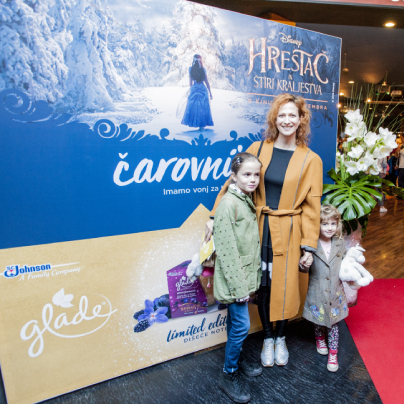 ... vizažistka in lepotna blogerka Nika Veger s svojima hčerkama ...<br>