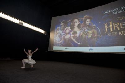 Pred začetkom filma je navdušila s solo nastopom balerina Urša Grm.<br>