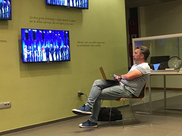 Matej Špehar, svetovalec Marjana Šarca za družbena omrežja in kandidat za poslanca na Listi Marjana Šarca, po poročanju spletnega portala Portalplus tudi osebno vpleten v sporno financiranje Šarčeve predvolilne kampanje, je včerajšnje soočenje spremljal iz sprejemnice v stavbi RTV Slovenija.<br>