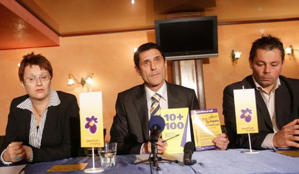 Lidija Divjak Mirnik, Stojan Auer in Primož Juhart pred parlamentarnimi volitvami leta 2011, ko je Stojan Auer, ki drži v rokah takratni volilni program SDS, kandidiral za poslanca na listi - Janševe SDS.<br>
