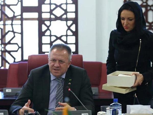 Minister Počivalšek in Dijana Madžarac med obiskom v Iranu. Madžarčeva si je glavo takrat pokrila s kuto.<br>