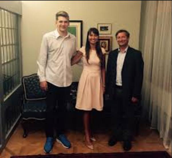 Mama Mirjam Poterbin in Luka Dončić imata tudi skupni tviter naslov, kjer je Mirjam Poterbin pred kratkim objavila, da sta spoznala zunanjega ministra Karla Erjavca.