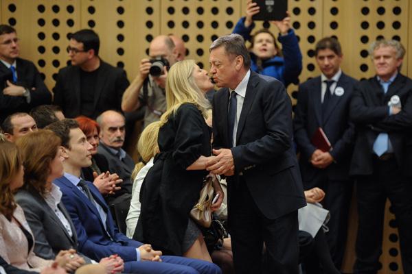 Janković je znan tudi kot eden tistih slovenskih politikov, ki je svojo soprogo Mijo Janković in celotno družino, od svoje mame do vnukov, večkrat neposredno izkoriščal v politčne namene, se predstavljal kot izrazito družinski človek ter z njimi paradiral na političnih shodih.<br>