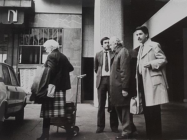Pred ljubljanskim hotelom Union, 5. decembra 1983 (z leve proti desni): Eva, Danova soproga, hotelski uslužbenec, Shaike Dan in visoki uslužbenec tedanje Udbe Marko Zore.<br>