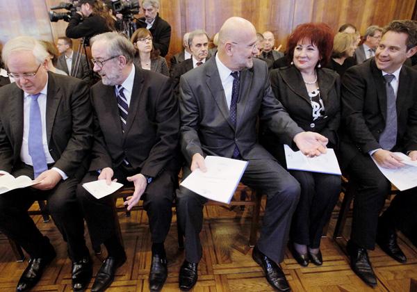 Odhajajoči Boštjan M. Zupančič (na sliki drugi z leve), med obiskom predsednika evropskega sodišča za človekove pravice Deana Spielmanna v Ljubljani (na levi), decembra lani, zraven pa Branko Masleša, Vlasta Nussdorfer in Tomaž Vesel.<br>