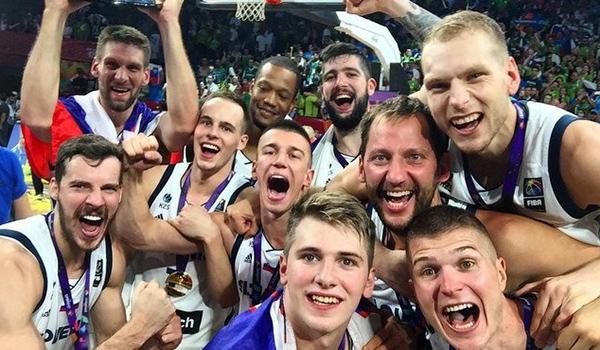 Košarkarji po zmagi na evropskem prvenstvu<br>