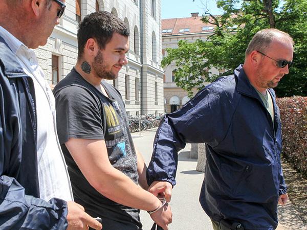 Stefan Cakič, uradno domnevni morilec Gašperja Tiča, pred stavbo ljubljanskega sodišča. Mediji do Cakića še vedno nimajo dostopa.<br>