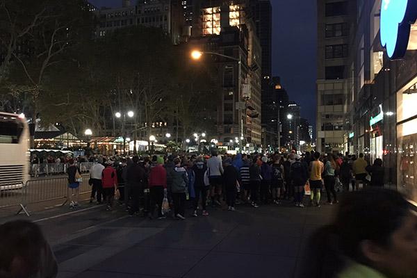 Iz hotela smo se odpravili že ob 6. uri zjutraj. Bila je še tema, ulice New Yorka pa za tamkajšnje razmere tako rekoč prazne. Nedelja, dan, ko se je New York pripravljal na maraton.<br>