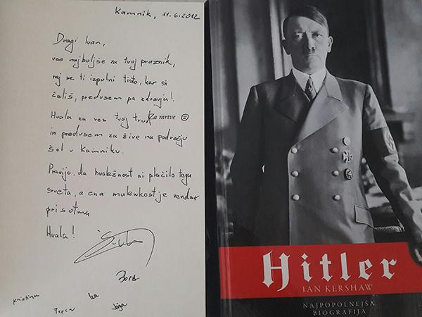 Marjan Šarec je biografijo Adolfa Hitlerja in roman Sojenice podaril tudi Ivanu Kendi.<br>