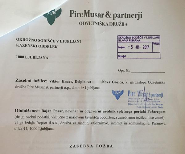 Faksimile. Prva stran kazenske tožbe, iz katere je razvidno, da je Viktor Knavs uradno prijavljen na Delpinovi ulici v Novi Gorici, ne pa (več) v Sevnici.<br>