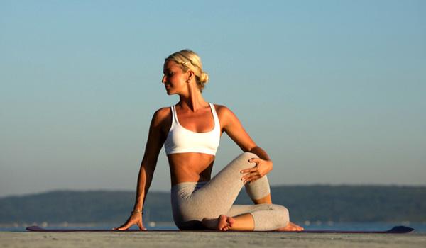 Anja Bohinc Bojetu je postala profesionalna trenerka joge in svetovalka za zdravo prehrano. Najemnin za stanovanja, ki jih paca skupaj s svojim kužkom Happyjem (Srečkom) pa očitno ne plačuje ...<br>