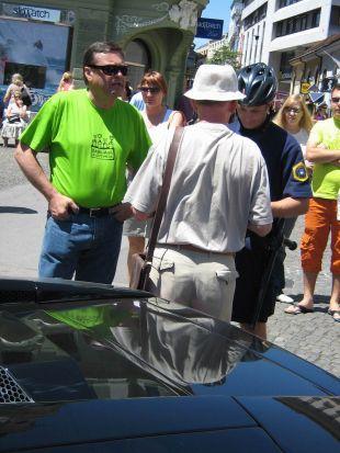 ... potem je skušal lastniku avtomobila pomagati Janković ...<br>