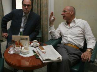 Mitja Gaspari je vsak trenutek izkoristil za pogovor z Borutom Šukljetom; tudi tik pred začetkom tiskovne konference. (Foto: Asa)<br>