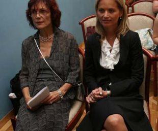 Katarina Kresal (levo Mojca Drčar Murko) je prišla popolnoma neprimerno oblečena. Kljub strahotni poletni vročini je bila v črnem kostimu in nogavicah!? (Foto: Asa)<br>