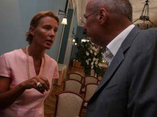 Vse organizacijske niti predstavitve v Modrem salonu ljubljanskega Grand hotela Union je v rokah držala Katarina Lara Ham (desno njen intimni partner Šuklje). Edino Sarkiča ji ni uspelo umiriti.<br>