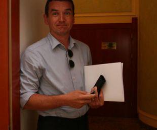 Stojan Pelko je po koncu uradnega dela tiskovne konference nemudoma odšel skozi zadnja vrata.<br>