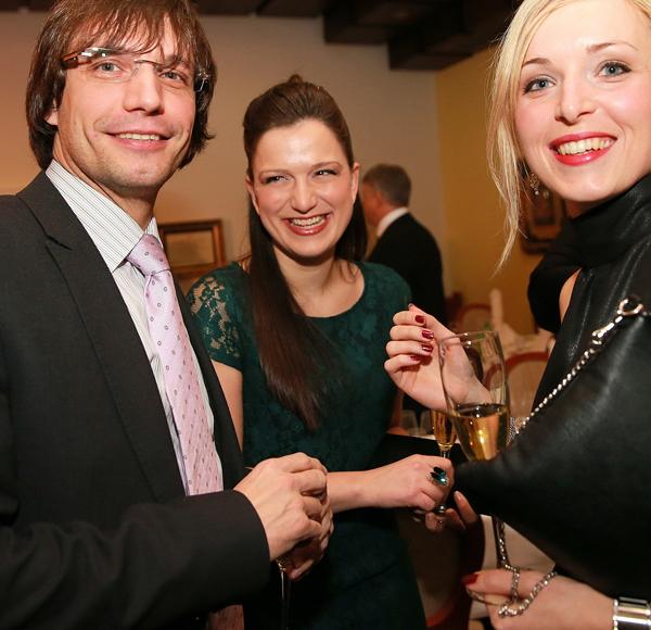Luka Kočevar (levo, desno Andreja Erzetič, vinska kraljica leta 2012) naj bi zaradi Suzane Perman zapustil ženo in dva otroka. O zvezi z novinarko zaenkrat molči.<br>