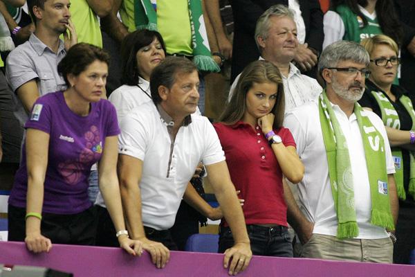 Spomnimo. Temnolasa in všečna Eva Erjavec je medijsko zaslovela pred tremi leti, ko je skupaj z očetom začela hoditi na tekme evropskega prvenstva v košarki v ljubljanske Stožice. Kmalu potem so družbena omrežja preplavile tudi njene fotografije z bujnim oprsjem.<br>