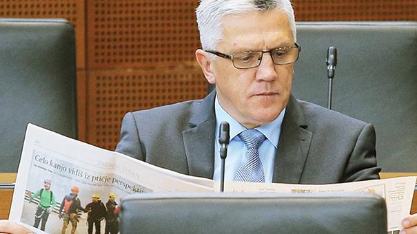 Na ministrstvo za izobraževanje, znanost in šport je Peter Vilfan prinesel svoj službeni prenosni računalnik, in enkrat naj bi prišel na ministrov kolegij. Kaj sicer, kot državni sekretar počne, pa ni znano.